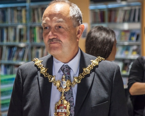 Lord Mayor Steve Walthi